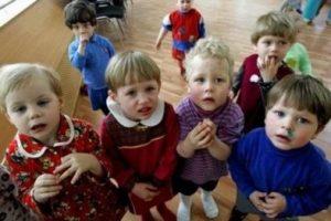 Число россиян, желающих взять в семьи сирот, уменьшилось